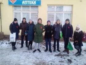 29 ноября команда волонтеров  «БлагоТвори»  совместно со  специалистом по делам  молодежи администрации СП Лесной сельсовет раздали красные ленточки.